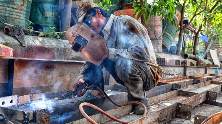Nuevo Real Decreto que regula la reducción de cuotas por contingencias profesionales a empresas con baja siniestralidad laboral, Alcázar Abogados - Expertos reestructuraciones empresariales o societarias.