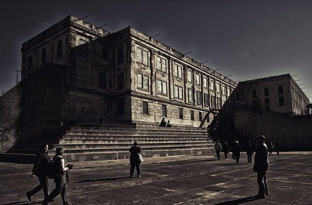 Aplicación de la pena de prisión permanente revisable desde su inclusión en el código penal en el año 2015, Alcázar Abogados - Expertos reestructuraciones empresariales o societarias.