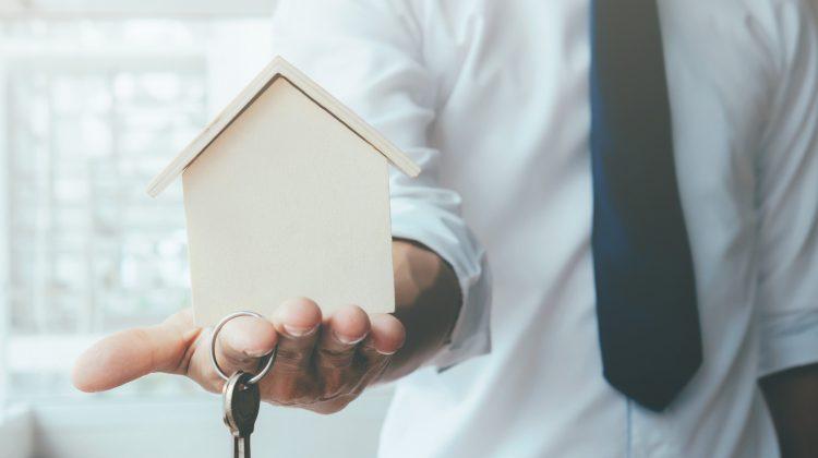 ¿Puede un propietario reclamar contra la comunidad de propietarios la reparación de un elemento común que le está causando unos daños en su inmueble?, Alcázar Abogados - Expertos reestructuraciones empresariales o societarias.